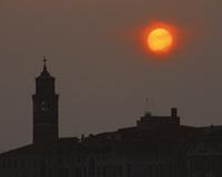 オレンジ色の太陽と街
