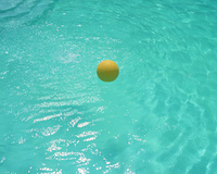 水面を跳ねるボール