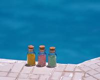 プールサイドの小瓶