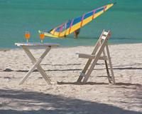 砂浜の椅子とテーブル