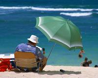男性とビーチパラソル