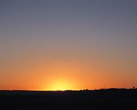 夕日の沈む砂漠