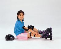 インラインスケートをする女の子