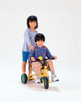 三輪車に乗る子供