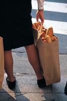 フランスパンを持つ女性