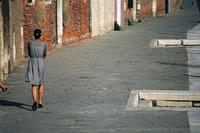 石畳を歩く女性