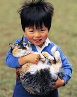 ネコを抱く男の子