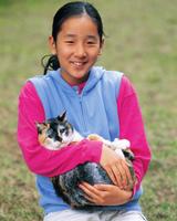 ネコを抱く少女