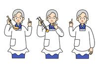 割烹着姿の高齢の女性