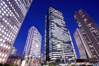 夜の新宿高層ビル街