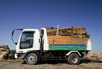 廃材を満載したトラック
