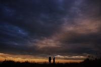 夕焼けの大空と人影
