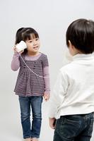 糸電話で遊ぶ子供たち