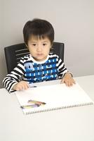 クレヨンで絵を描く子供