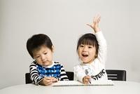 クレヨンで絵を描く子供たち