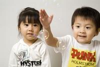 シャボン玉で遊ぶ子供たち