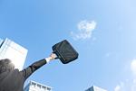 ビジネス鞄を持つビジネスマン