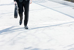 歩くビジネスマン