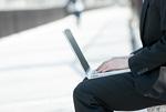 ノートパソ コンを操作するビジネスマン