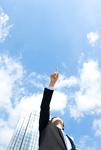 空を指差しているビジネスマン