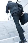 階段を上がるビジネスマン