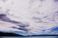 湖と大きな雲