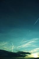 夕焼け空の飛行機雲