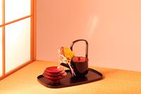 障子越しに陽のさす茶室の畳と お屠蘇セット