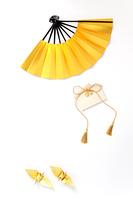 金色の扇子と金の折紙の折鶴と金の鈴の絵馬