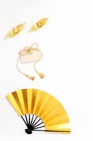 正月縁起物飾り 金色の扇子と折鶴と絵馬
