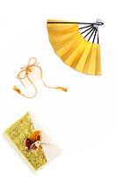 金色の扇子と折鶴と贈答品