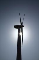 無風の停電状態の風力発電の逆光シルエット