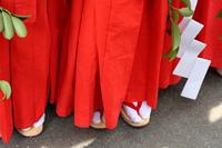 夏祭りの巫女 子供みこの赤い袴の足元
