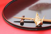扇子の影を落とす膳と箸 お盆に乗せた折鶴