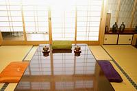 和室の食卓テーブルと座布団とお茶