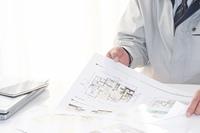 住宅企画書提案書を説明ビジネスマン