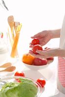 家庭料理を作る幸せな美しい女性の手