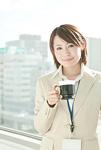 コーヒーカップを持つビジネスウーマン