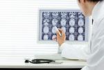 レントゲン写真を確認する医師