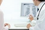 レントゲン写真を患者に説明する医師