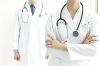 腕を組む医師と女医