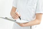 カルテに記入する看護婦