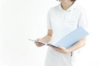 資料を見る看護婦