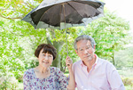 日傘を差す老夫婦