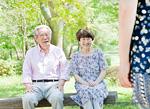 長椅子に座る老夫婦