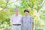 微笑む老夫婦
