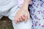 手をつなぐ老夫婦
