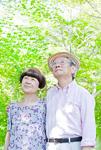 肩を組む老夫婦