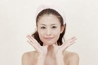 顎をマッサージする女性