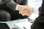 握手をするビジネスマン達